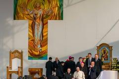 Iasi, Romênia - em maio de 2019: Papa Francisco que sae da fase foto de stock royalty free