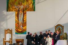Iasi, Romênia - em maio de 2019: Papa Francisco que sae da fase foto de stock