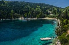 Iate amarrado na baía grega idílico isolado Fotos de Stock