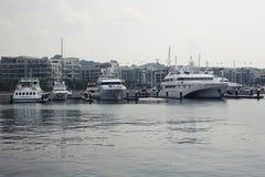 Iate amarrados em residencial luxuoso na cidade de Singapura foto de stock