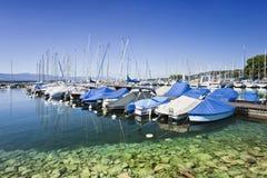 Iate amarrados em um porto em Genebra, Suíça Fotos de Stock