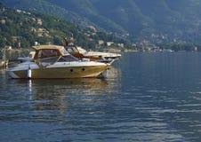 Iate amarrados no como do lago, afetado pela luz da manhã com empresa Imagem de Stock Royalty Free