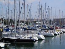 Iate amarrados no porto de Lisboa imagem de stock royalty free