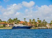 Iate azul na mansão litoral Foto de Stock Royalty Free