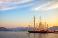 Iate bonitos no por do sol na baía do mar Mediterrâneo Fotos de Stock Royalty Free