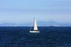Iate branco na água Imagens de Stock Royalty Free