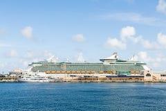 Iate branco pelo navio de cruzeiros luxuoso maciço Foto de Stock