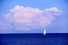 Iate branco só no mar azul imagens de stock royalty free