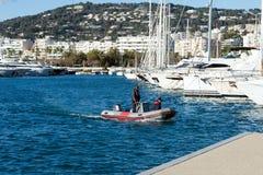Iate caros brancos em um fundo das montanhas em um dia ensolarado Estacionamento do iate em Cannes, França Mar Mediterr?neo imagem de stock