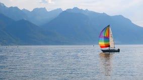 Iate com uma vela do arco-íris no lago geneva video estoque