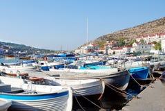 Iate, cortadores, lançamentos e barcos, que são amarrados na margem de Balaklava Fotografia de Stock