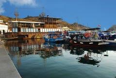 Iate, cortadores, lançamentos e barcos, que são amarrados na margem de Balaklava Imagens de Stock Royalty Free