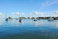 Iate da navigação da amarração no porto Fotos de Stock Royalty Free