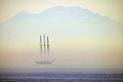 Iate da navigação em uma névoa fotos de stock