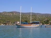 Iate de madeira turco entrado no porto de Finike Fotos de Stock