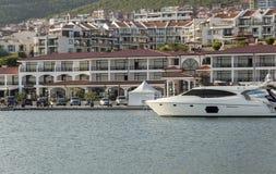 Iate do motor no porto de Dinevi Imagens de Stock Royalty Free