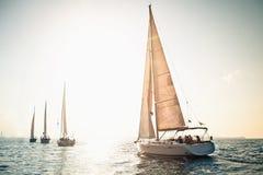 Iate do navio de navigação com velas brancas fotos de stock royalty free