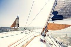 Iate do navio de navigação com velas brancas fotografia de stock royalty free