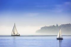 Iate do navio de navigação com velas brancas Foto de Stock