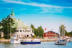 Iate do porto e do cais no dia de verão Helsínquia, Finlandia Fotos de Stock Royalty Free
