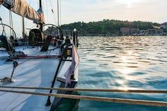Iate dos esportes no porto no por do sol, Croácia imagens de stock royalty free