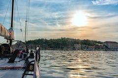 Iate dos esportes no porto no por do sol, Croácia fotografia de stock royalty free