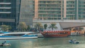 Iate e barcos com os turistas que ficam perto da alameda shoping e que passam sob uma ponte no timelapse do distrito do porto de  vídeos de arquivo
