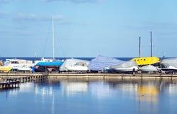 Iate e barcos de motor armazenados no cais Imagem de Stock