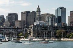 Iate e barcos de navigação em Charles River na frente da skyline de Boston em Massachusetts EUA em um dia de verão ensolarado Imagens de Stock