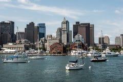 Iate e barcos de navigação em Charles River na frente da skyline de Boston em Massachusetts EUA em um dia de verão ensolarado Fotos de Stock Royalty Free