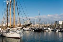 Iate e barcos de navigação no porto Imagem de Stock Royalty Free