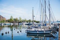 iate e barcos na água calma no porto de Copenhaga, Dinamarca Imagem de Stock Royalty Free
