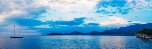 Iate e barcos no mar de adriático Foto de Stock