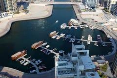 Iate e barcos no porto de Dubai foto de stock royalty free