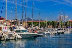 Iate e barcos no porto de Lympia em França agradável imagens de stock