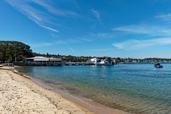 Iate e cais ancorados da balsa, baía de Watsons, Sydney, Austrália Foto de Stock