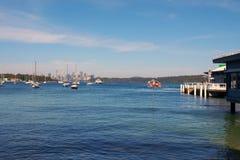 Iate e cais ancorados da balsa, baía de Watsons, Sydney, Austrália Imagem de Stock