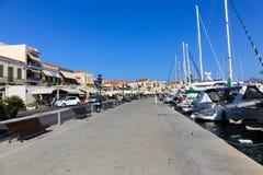 Iate e casas - ilhas de Grécia Fotos de Stock Royalty Free