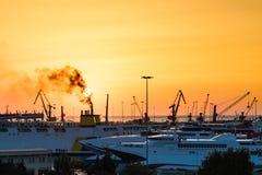 Iate e ferryboat no nascer do sol no porto de Heraklion Vista panorâmico e superior Ilha crete, greece imagem de stock