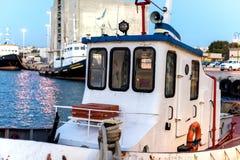Iate e ferryboat no nascer do sol no porto de Heraklion Vista panorâmico e superior Ilha crete, greece imagem de stock royalty free