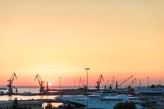 Iate e ferryboat no nascer do sol no porto de Heraklion Vista panorâmico e superior Ilha crete, greece fotos de stock royalty free