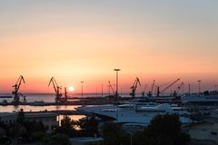 Iate e ferryboat no nascer do sol no porto de Heraklion Vista panorâmico e superior Ilha crete, greece imagens de stock royalty free