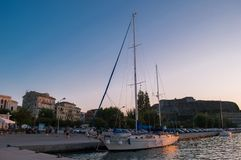 Iate em Grécia no por do sol imagem de stock