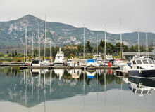 Iate escorados no porto O porto do veleiro, muito vela amarrada yachts no porto marítimo, transporte moderno da água, férias do v Fotos de Stock Royalty Free