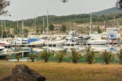 Iate escorados no porto O porto do veleiro, muito vela amarrada yachts no porto marítimo, transporte moderno da água, férias do v Fotografia de Stock Royalty Free