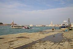 Iate grande perto da estação Arsenale com o palácio dos doges no fundo Veneza, Italy Imagens de Stock