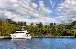 Iate luxuoso amarrado na ilha da costa fotografia de stock royalty free