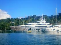 Iate luxuoso ancorado em op dianteiro uma ilha tropical Foto de Stock