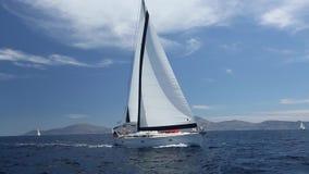 Iate luxuoso na raça do mar Regatta da navigação video estoque