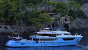 Iate luxuoso no porto de Prtofino, Itália video estoque